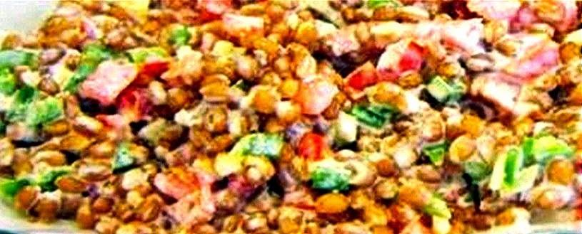 Salada de trigo em grãos, hortelã, nozes e molho de iogurte