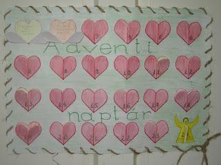 Szöveg:Nem édes, nem csokifüggő adventi naptár. Képek forrása: Dezső Enikő. Kép: Egy A4-es lapon 4 sorban 24 piros kinyitható szivecske található. A papírnak rajzolt kerete van, az első két szív-ablakocska ki van nyitva.
