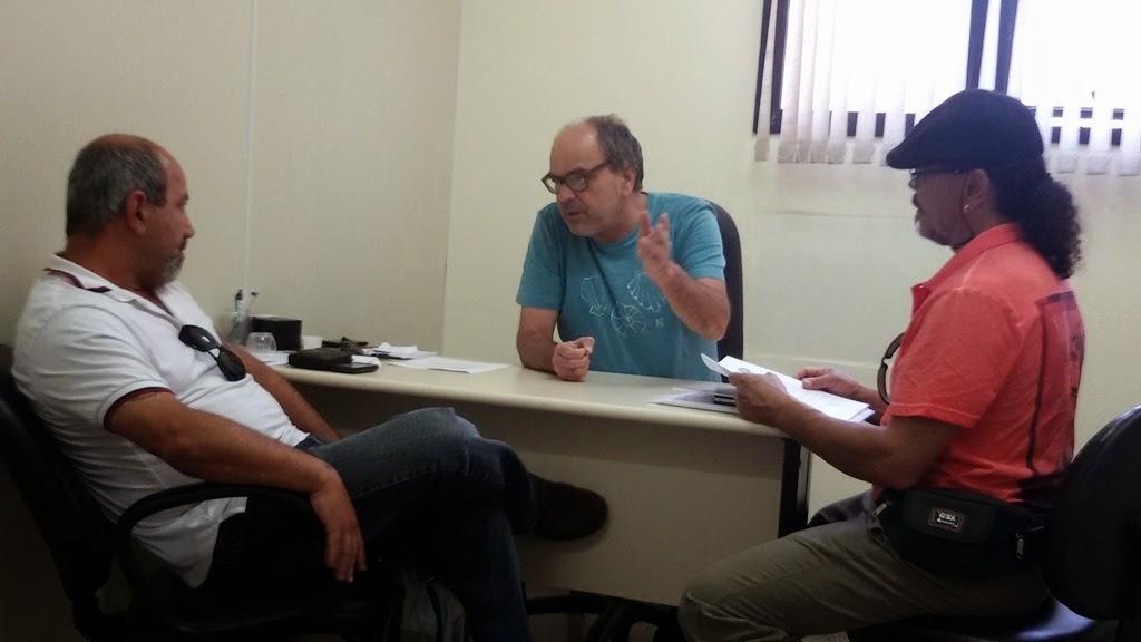 Secretários municipais de Turismo, Ronaldo Fialho, e de Cultura, Arnaldo Almeira, em reunião com Mestre Elias