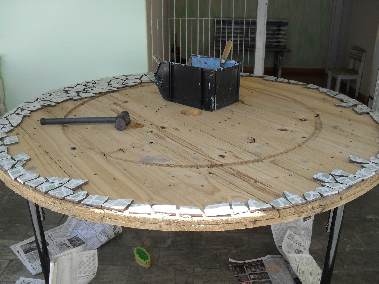 Arte e arteirice mesa com mosaico de azulejo for Mesas de mosaico