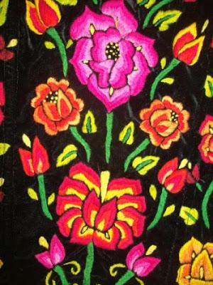 Detalle del bordado de rosas de un traje de tehuana (Istmo de