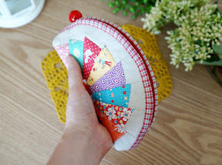 How to make tutorial cosmetic bag purse fabric sewing quilt patchwork. DIY Tutorial in Pictures.