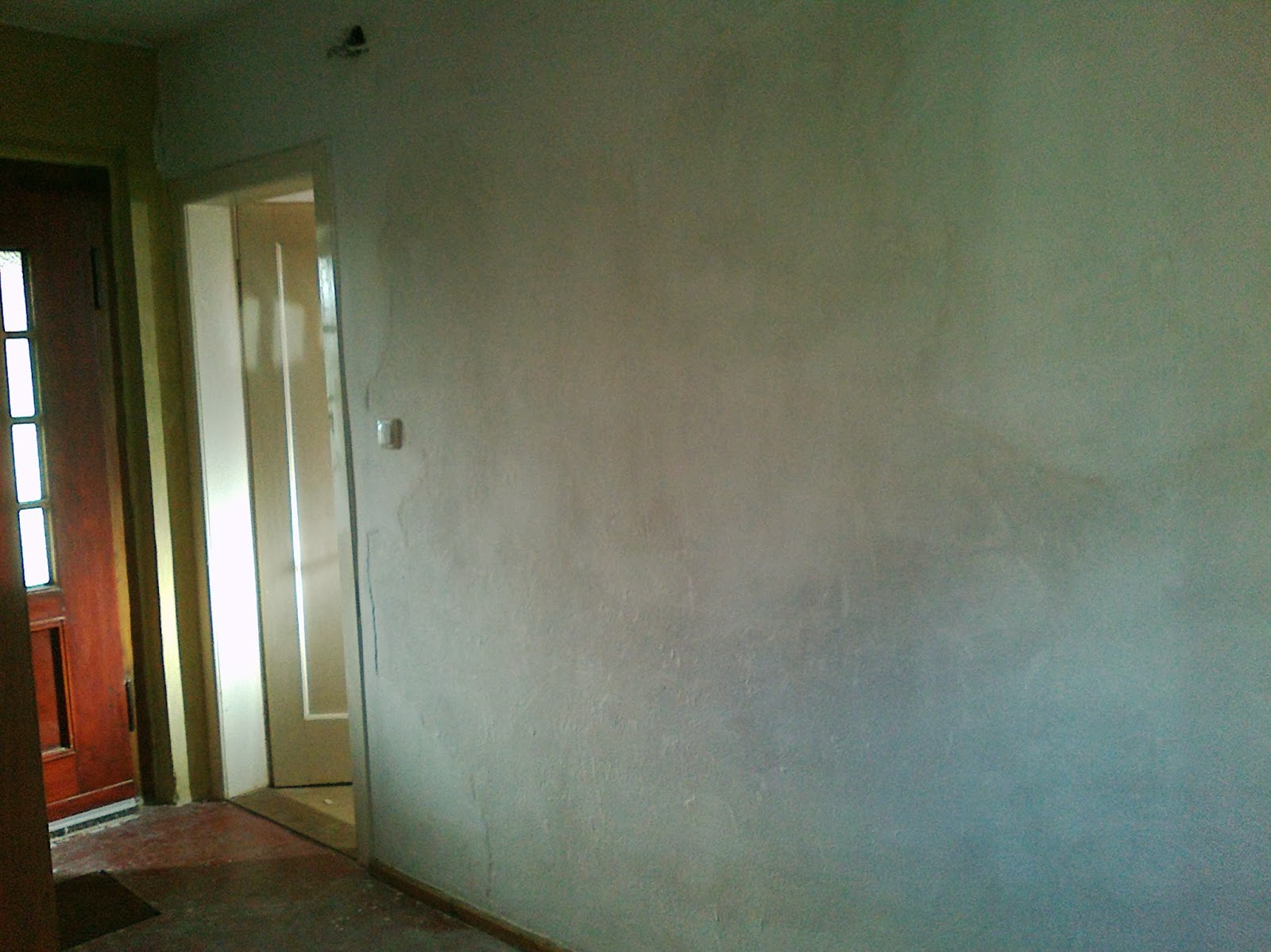 karl erwin und die frau ein haus wird gl cklich kalk leim farbe auf tapete flur. Black Bedroom Furniture Sets. Home Design Ideas
