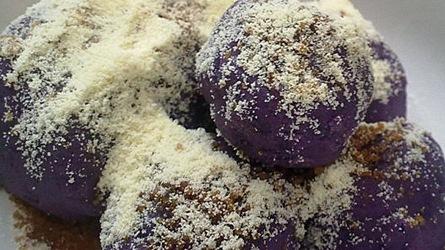 kue cantik yang satu ini terbuat dari bahan dasar ubi ungu yang