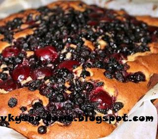 Пирог с вишней и черникой