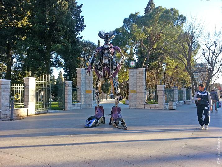 Робот-трансформер перед парком