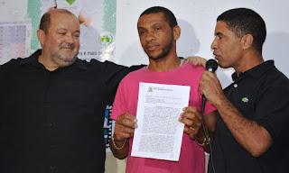 Prefeito Márcio Catão com os moradores Rogério dos Santos Araújo e João Carlos Carvalho: mais uma etapa vencida