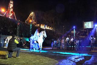 Efeito de luzes, cascata de fogos de artifício, oração dos peões e a  queima do quadro de Nossa Senhora Aparecida, além da alegria dos animadores de arena  fizeram parte do rodeio