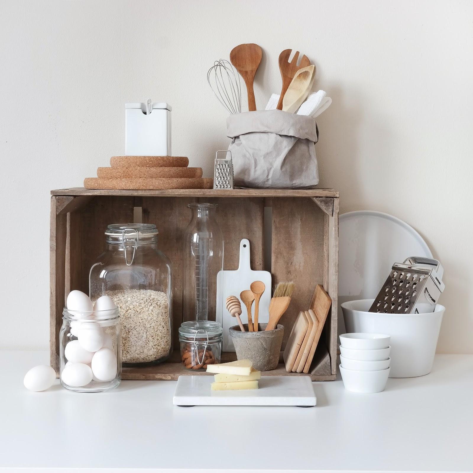 En prydelig hyllest til kjøkkenet; Trekasse, marmor, hvitt porselen, trefjøler, skandinavisk, nordisk interiør