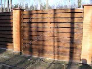 Деревянный забор с кирпичными столбами. Фото 29