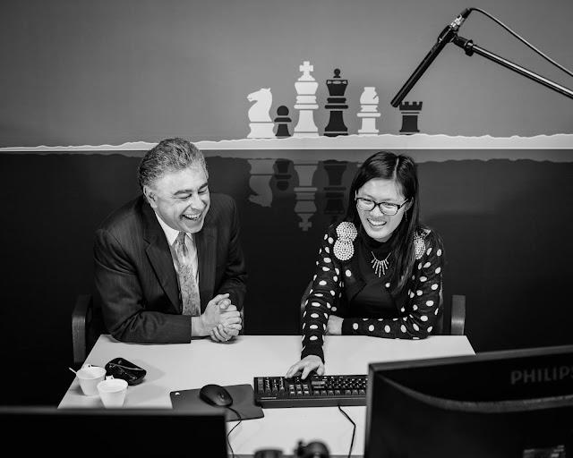 Hou Yifan feliz comentando su victoria en la cuarta ronda del Tata Steel Chess 2016