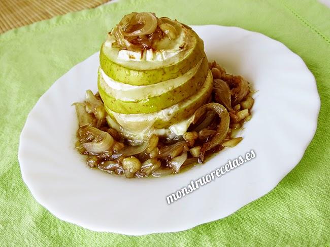Aperitivo de manzana y queso de cabra con cebolla caramelizada