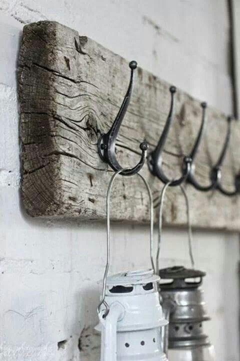 perchero rustico hecho con tablero de madera antiguo