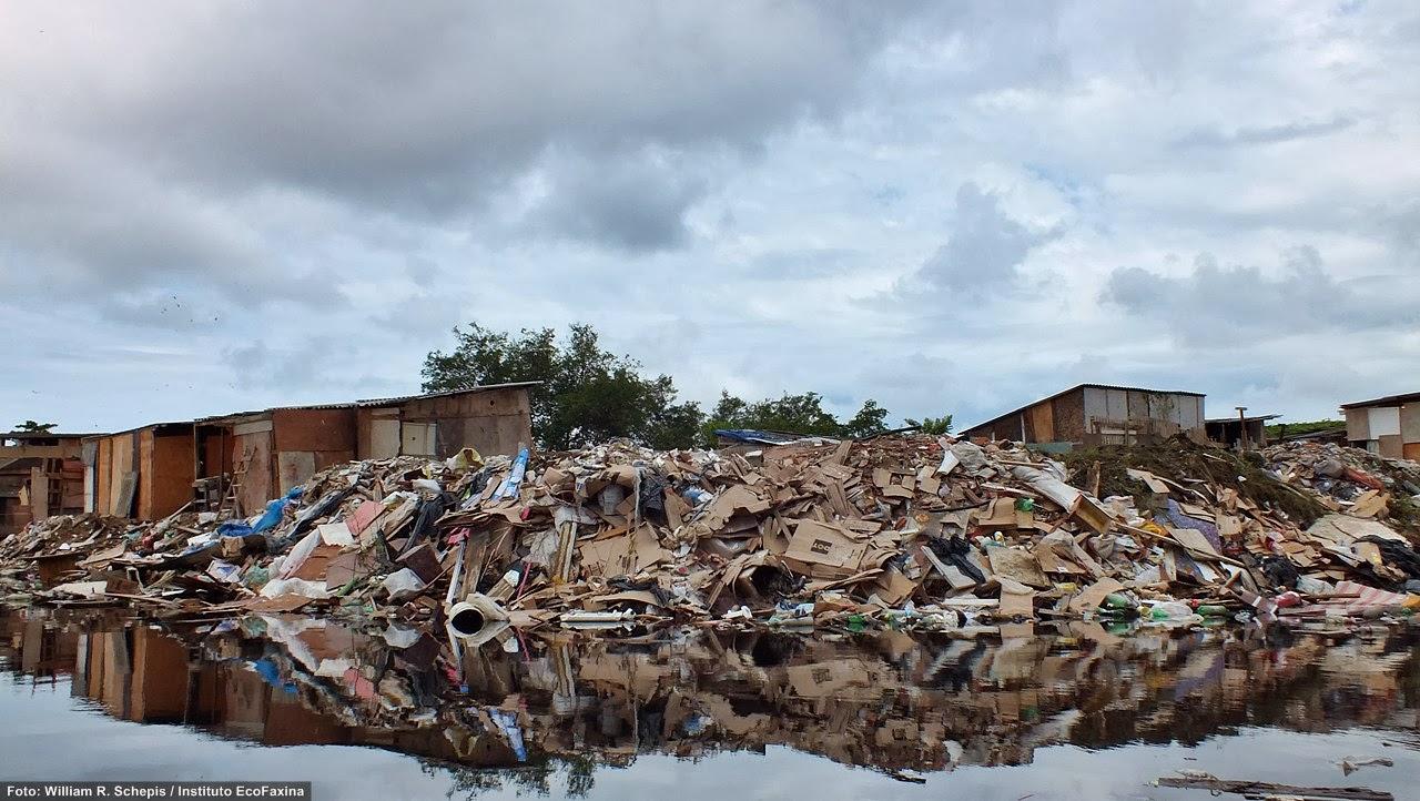 Multa de R$152,00 será destinada às campanhas de educação ambiental no Município. Acima, muito lixo e entulho são descartados diretamente sobre o manguezal próximo ao bairro Jd. Pompeba, em São Vicente.  Foto: William R. Schepis/IEF