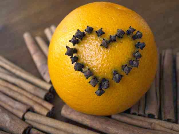 Świąteczna pomarańcza na laskach cynamonu
