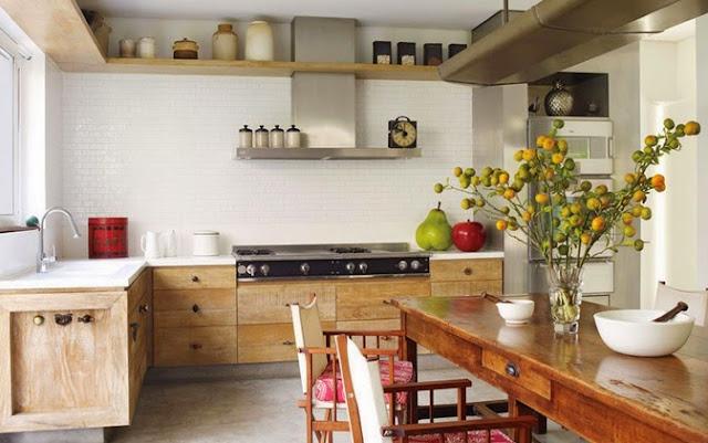Cocina con mesa y sillas para usar durante todo el día