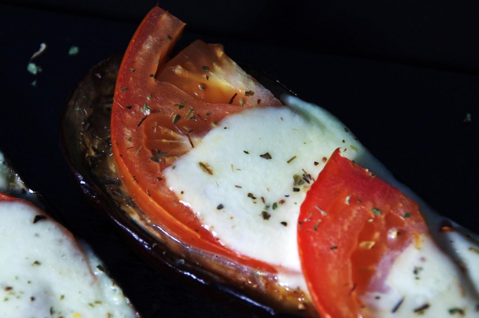 berenjena con queso mozzarella y tomate