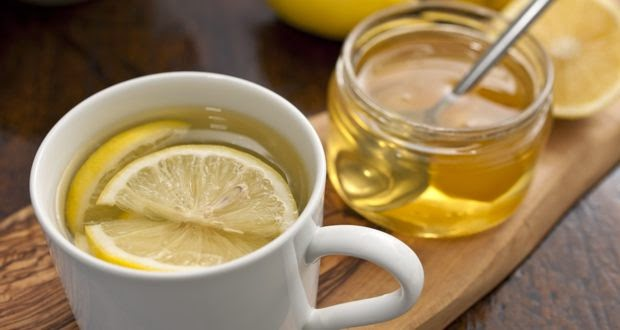 heißes Zitronenwasser mit Honig