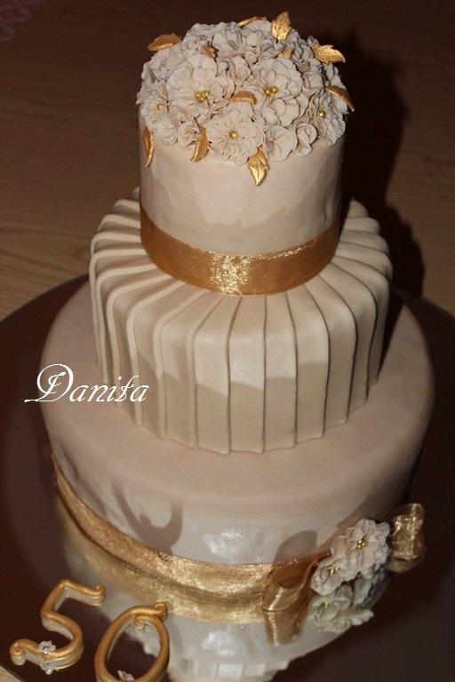 Le leccornie di danita la torta per le nozze d 39 oro dei for Decorazione torte per 50 anni di matrimonio