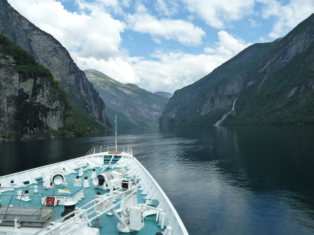 Life around us geirangerfjord norway amazing places for Fjord agency