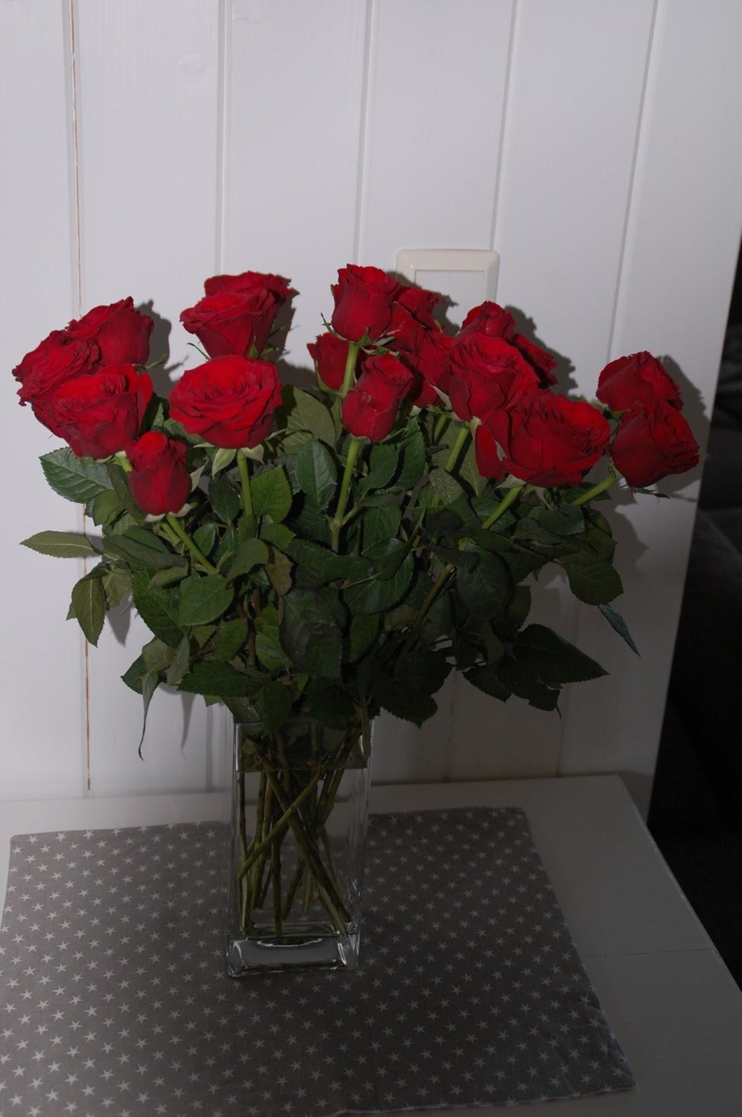 langstilkede roser i høy vase