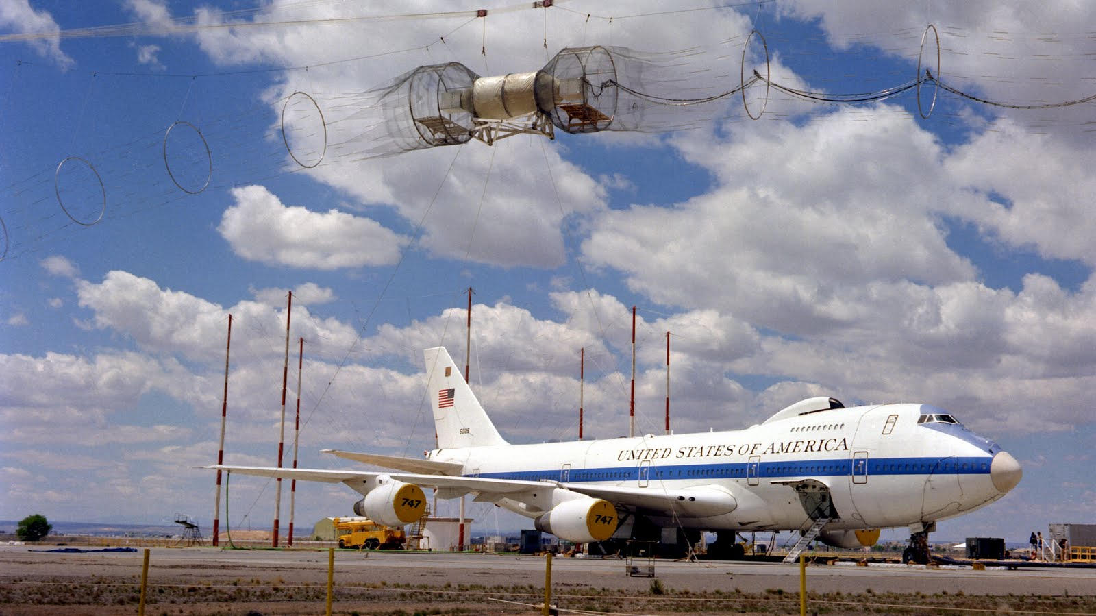 http://3.bp.blogspot.com/-JUb72_yat2M/TgyZ5jcaXHI/AAAAAAAAFzQ/H6VGTkWK4D4/s1600/air_force_one_E-4_grounded_retired_aircraft-wallpaper.jpg