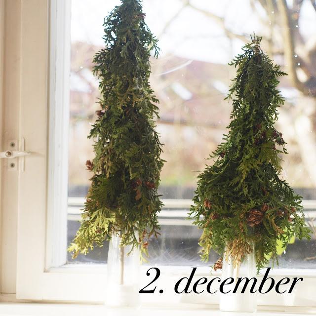 Bind små juletræer til vindueskarmen