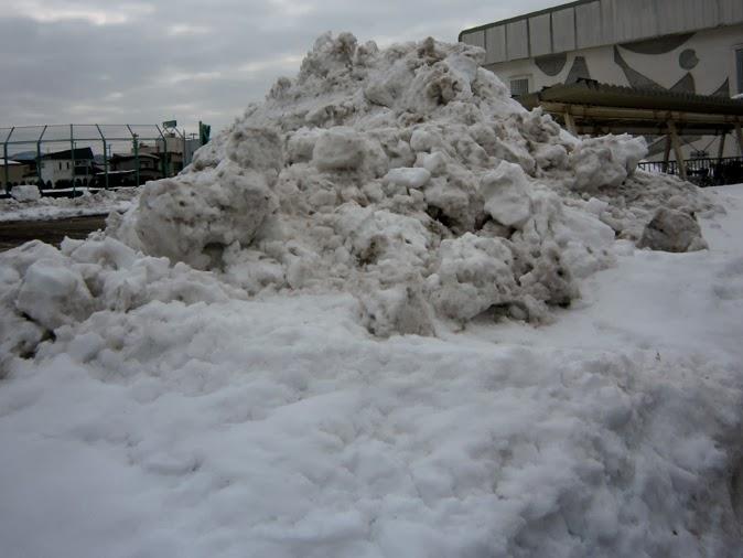 土混じりの雪の山