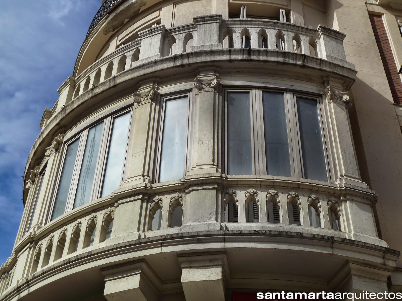Detalle de la zona de balcones en el encuentro entre las dos fachadas