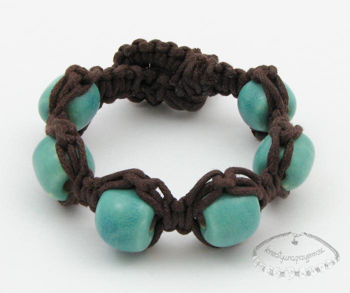 Makramowa bransoletka z ceramicznymi koralami 1