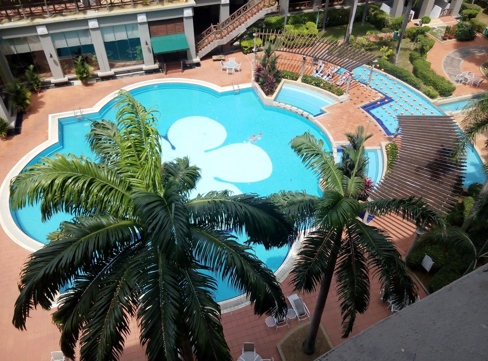 Di Mahkota Hotel Melaka Terdapat 2 Kolam Renang Luaran Serta Tempat Meletak Kereta Percuma Dia Pun Bersih Dan Tidak Terlalu Dalam