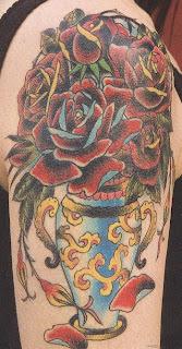 Tatuagens com flores em um vaso