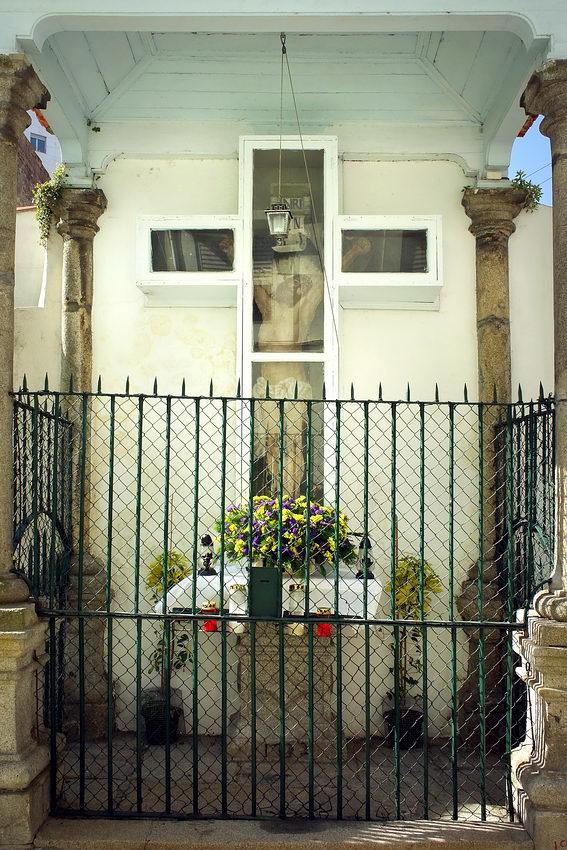 Altar fechado com uma porta de ferro