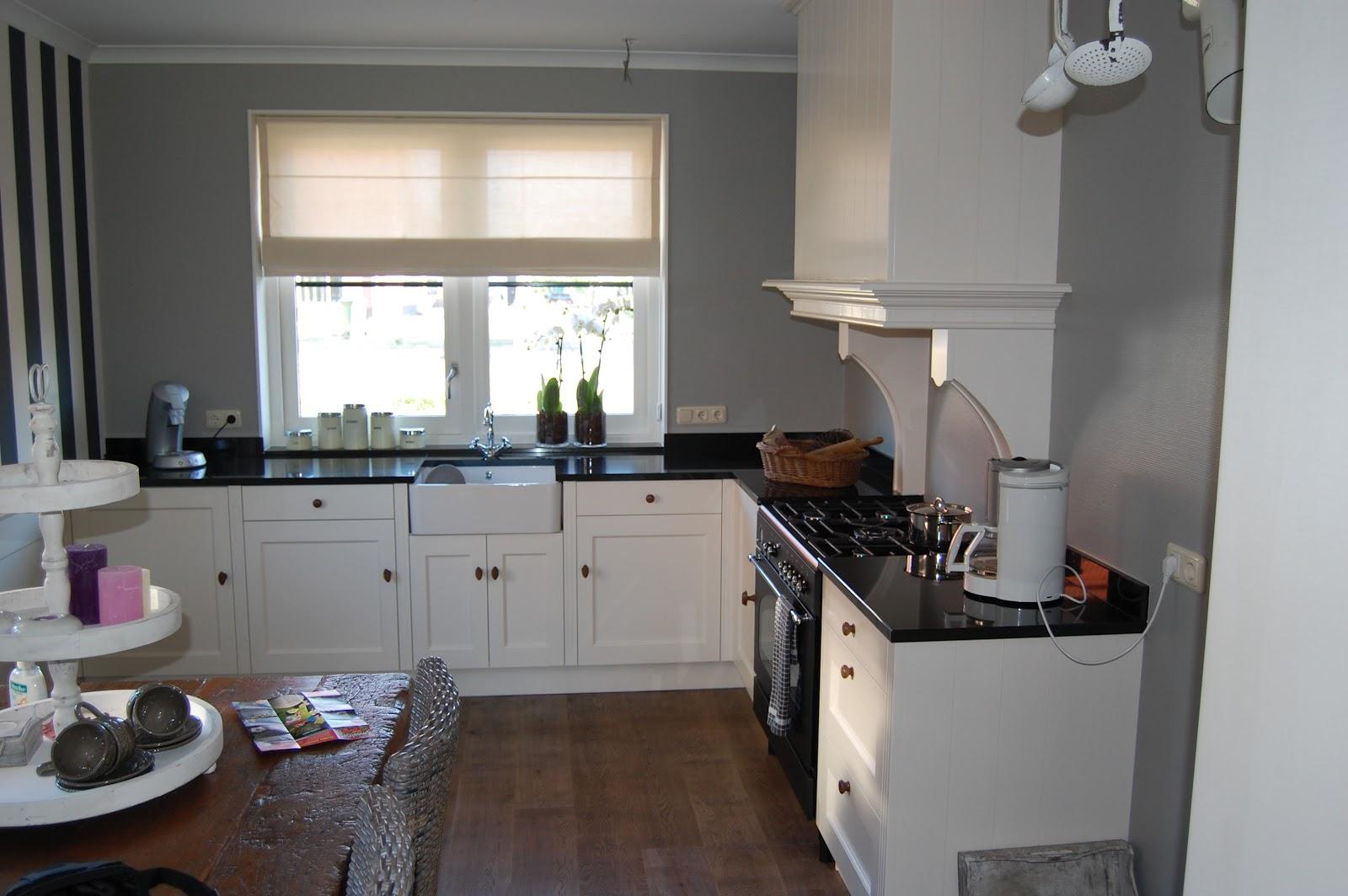 Moois en liefs keukens - Keuken rode en grijze muur ...
