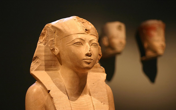 """3 facts about mene s queen hatshepsut and Iconography of the queen during most of her reign, and on the other hand, her  relationship with thutmose  hatshepsut and thutmose iii is the fact that """"on  monuments of the time they frequently appear together  figuré ni même  mentionné."""