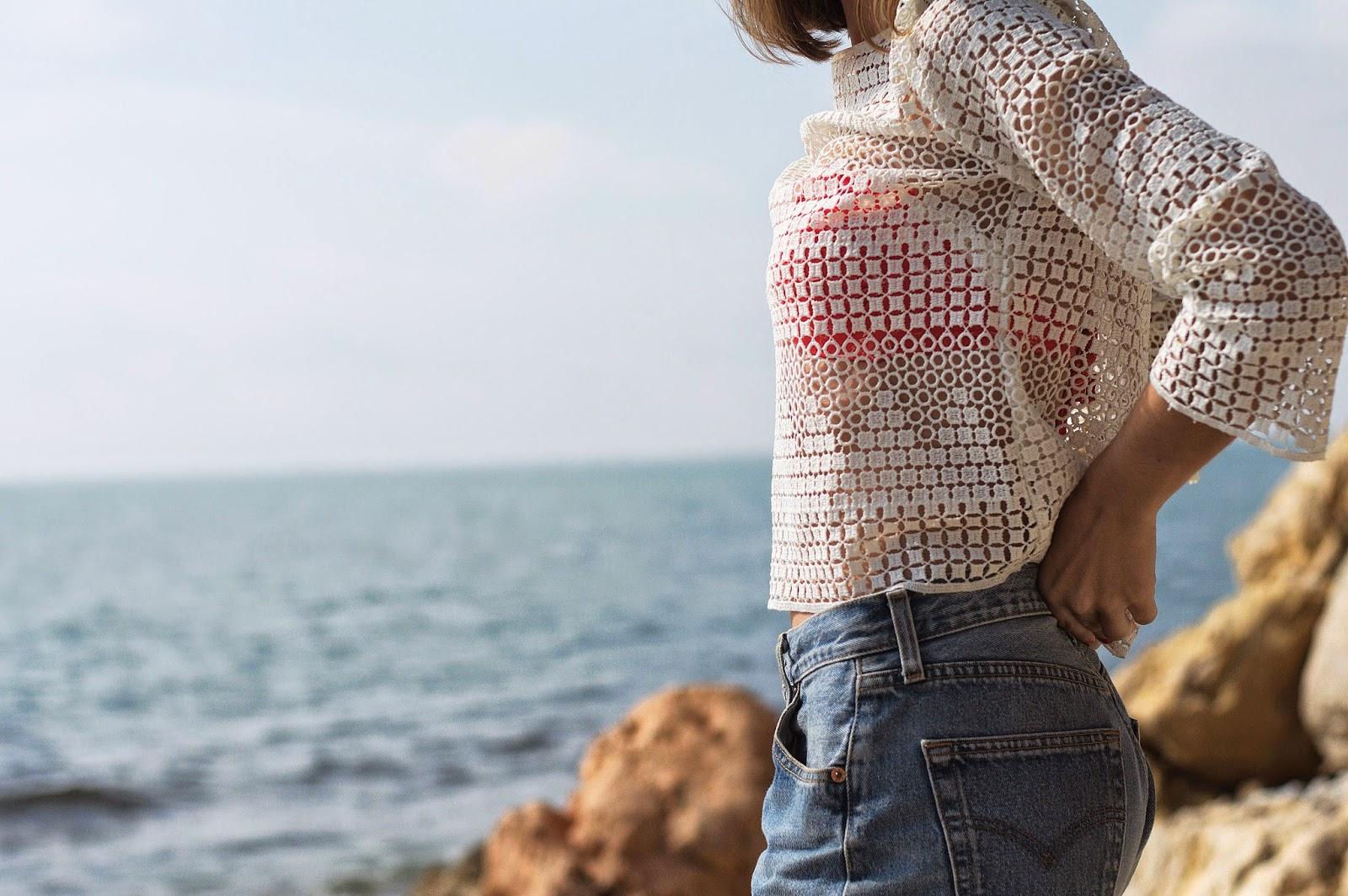 Bikini Medwinds, Shorts Levi's Vintage, Camiseta Mango , Toalla Baraka Textil vía Chicplace