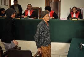 sidang kasus seorang nenek mencuri singkong