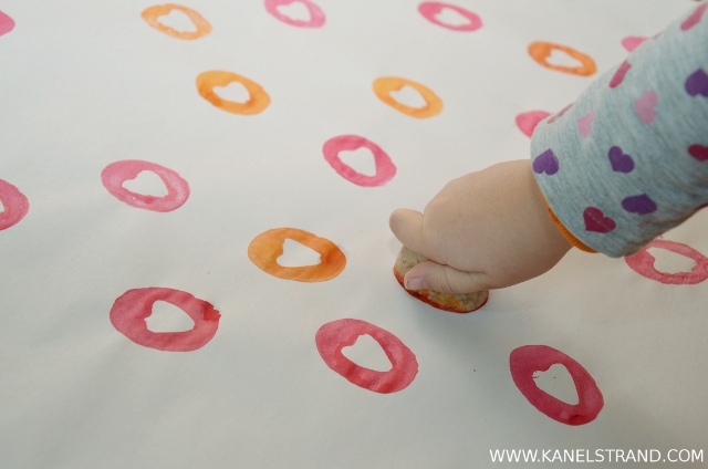 handmade wrapping paper DIY by kanelstrand, how to stamp
