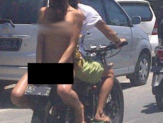 Gila! Bule Cantik Topless Sambil Naik Motor di Bali