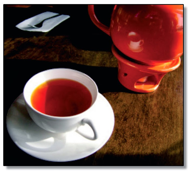 Taza de té rojo con colador