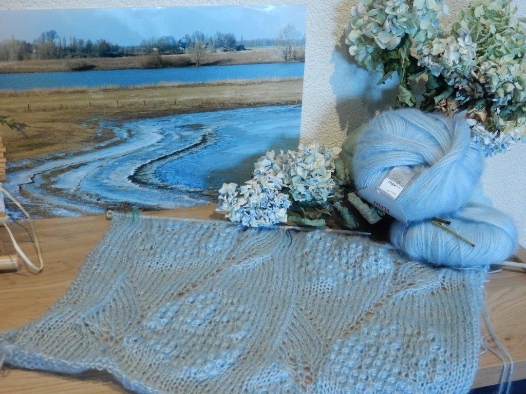 TE KOOP: lange en brede lichtblauwe shawl.