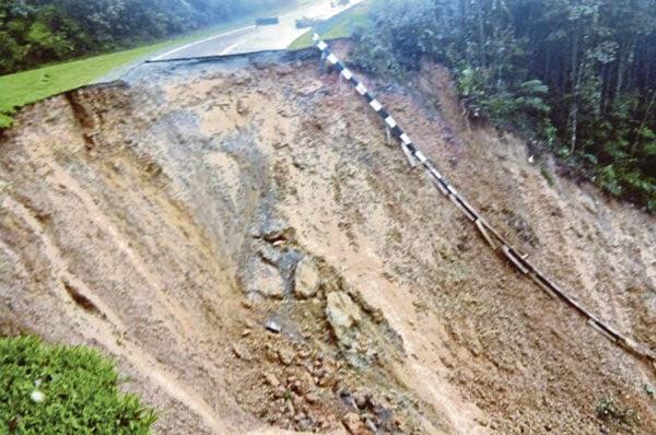 Keadaan terkini jalan Tambunan Penampang yang terputus sepanjang 50 meter akibat tanah runtuh