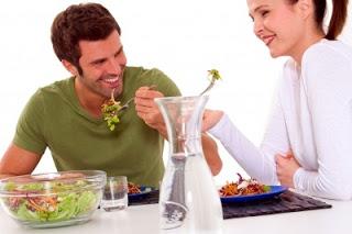 عالجى عصبية زوجك بالطعام - رجل وامرأة يأكلان يتناولان الطعام - man woman eating healthy food for weight loss