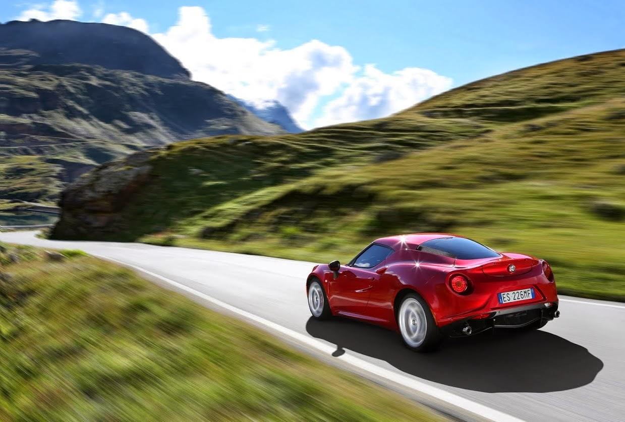 A Alfa Romeo retorna ao nicho dos esportivos com o modelo 4C, para deleite dos entusiastas.
