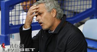 Liputan Bola - Federasi Sepak Bola Inggris (FA) menjatuhkan denda 50.000 poundsterling (Rp 1 miliar) kepada manajer Chelsea, Jose Mourinho karena menghina wasit