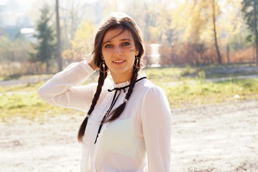 biała koszula z czarną  kokardką stylizacje