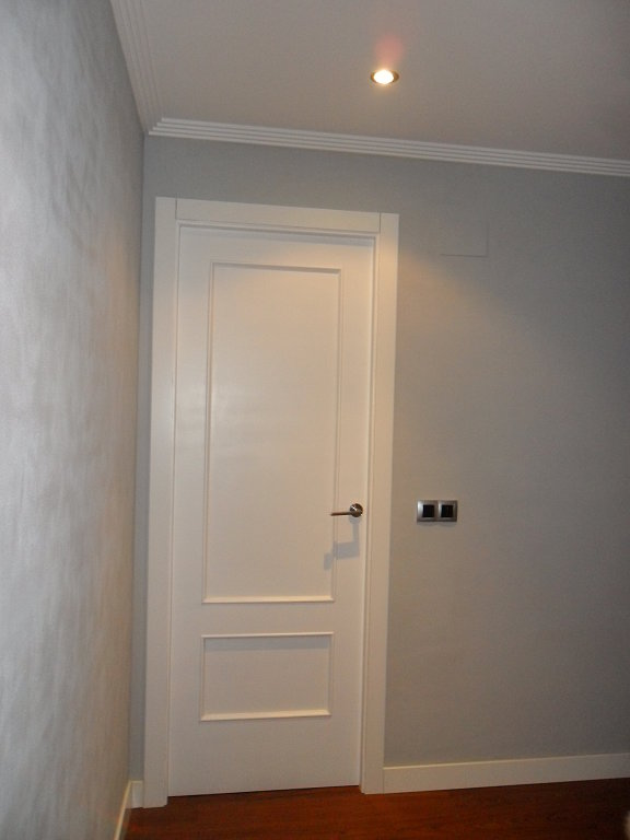 Piso en laviana recibidor y pasillo for Puertas y paredes blancas