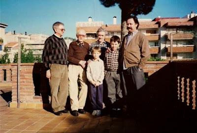 Manuel Tobello con sus tres hijos y nietos