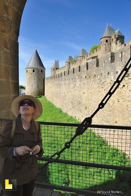 Valérie Blachier à Carcassonne sur le pont levis de la porte narbonnaise