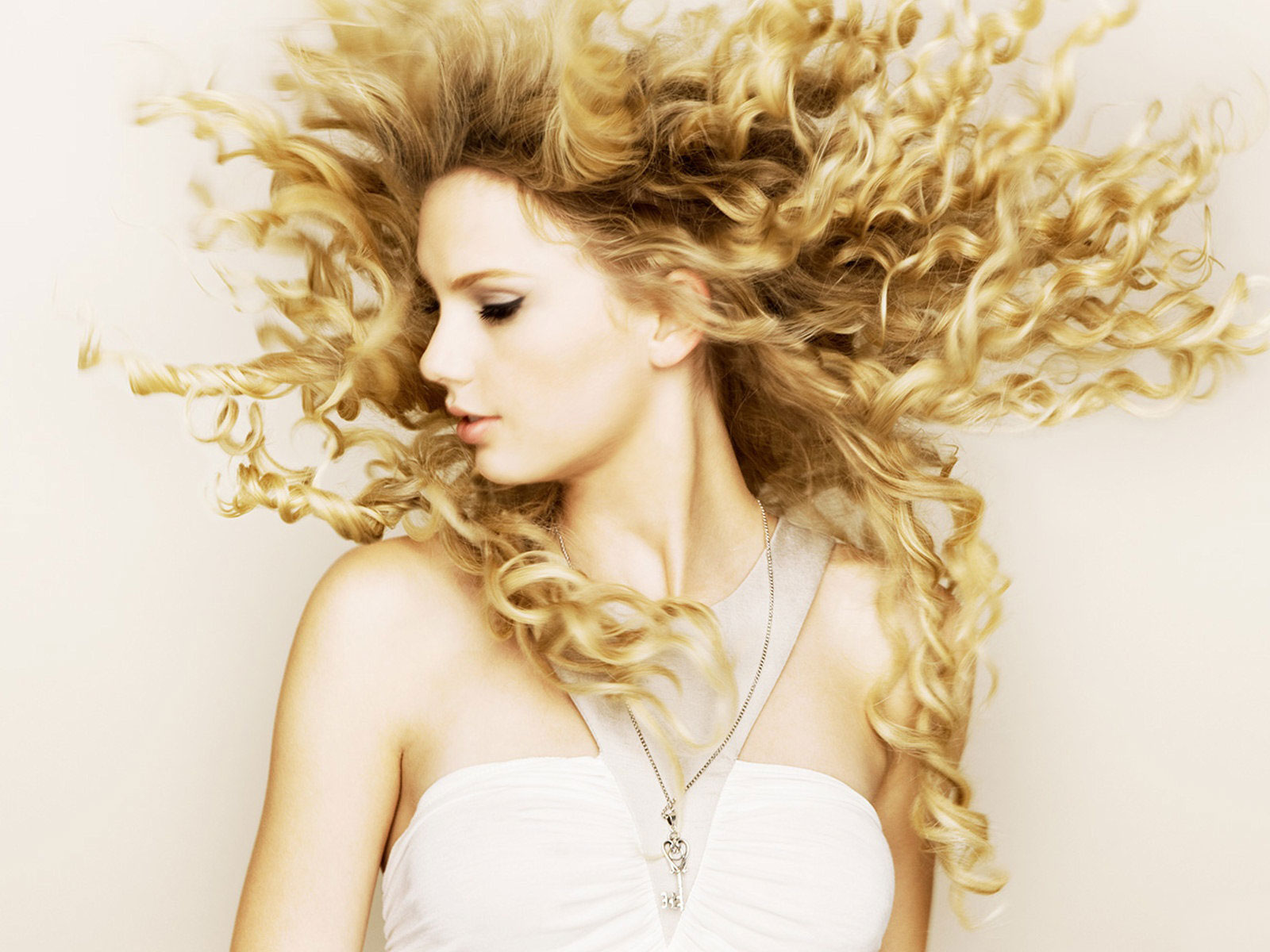http://3.bp.blogspot.com/-JcKGdEHtZcs/TxQgEaAdHII/AAAAAAAABBo/8meQ15k2_ds/s1600/Taylor-Swift-Wallpapers-HD-5.jpg